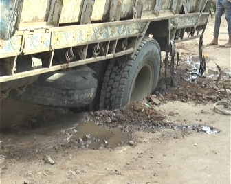 राजवाड़ा चौक पर रेत से ओवरलोड ट्रक का टायर पाईप लाईन के लिए खोदी गई नाली में उतर गया ।