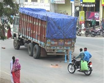 राजगढ़ नाके पर रेत से भरे ट्रक का पट्टा टूट गया, जिससे काफी समय तक यातायात प्रभावित होता रहा ।